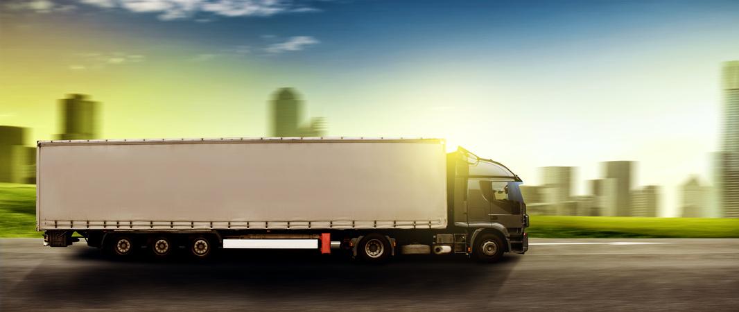 LKW fahrend vor der Sonne