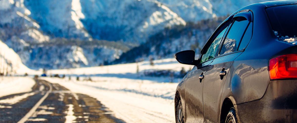 Auto in einer Winterlandschaft